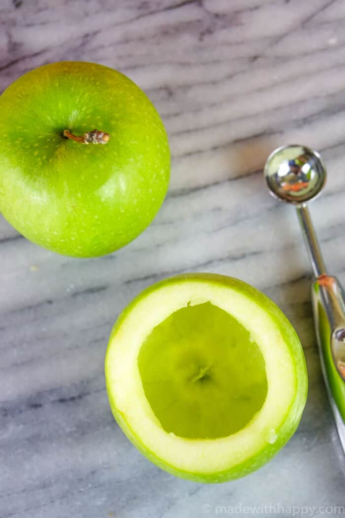 Caramel Apple Cocktail. Fall Cocktail Recipes. Adult Halloween cocktails, Fall rum recipes. Adult Caramel Apples. www.madewithhappy.com