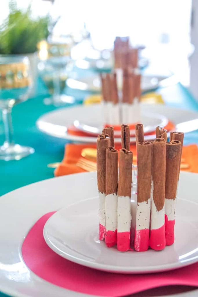 Looking for an colorful Thanksgiving table decor idea? These DIY Cinnamon Holiday Candles are easy to make and great as Thanksgiving place settings.