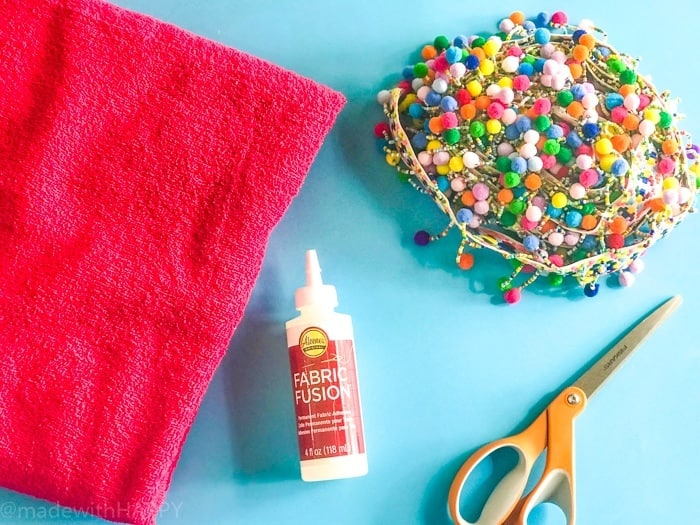 DIY Round Blanket. Perfect blanket or beach towel. Bright, round towels are one of the Summer's hottest trends. No-sew DIY round beach blanket is my favorite this Summer.