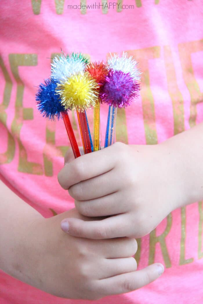 DIY Pom Pom Drink Sticks | Drink Stirrers | Cocktail Bling | Styling a Cocktail | DIY Pom Pom Sticks | Pom Pom Bouquet | www.madewithHAPPY.com