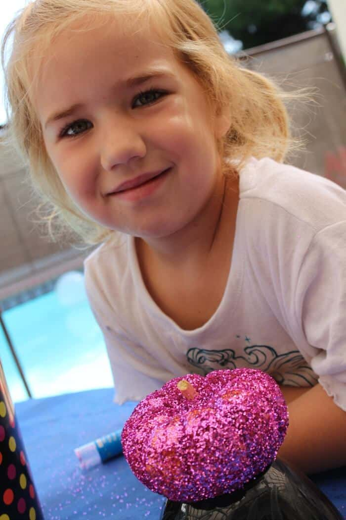 Glitter Pumpkins. How to create the a fun glitter pumpkin with kids. Alternative to carving pumpkins! No carving pumpkins