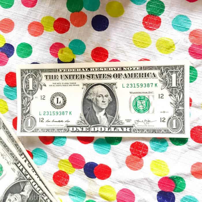 How to make a money lei | Graduation Money Lei | Graduation Money Necklace How To | Graduation Gifts | www.madewithhappy.com