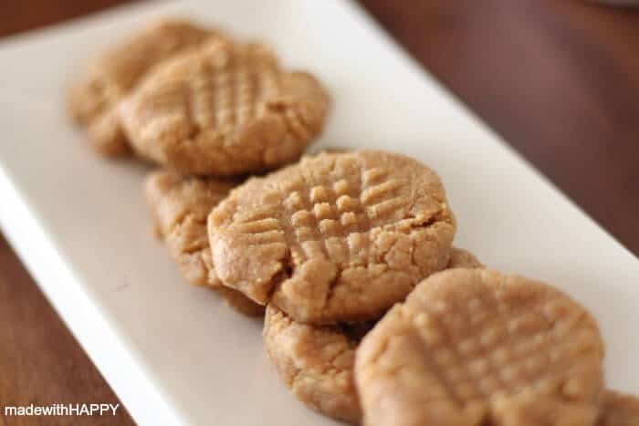 Three Ingredients Peanut Butter Cookie | 20+ Holiday Cookies | Christmas Cookie Recipes | www.madewithHAPPY.com