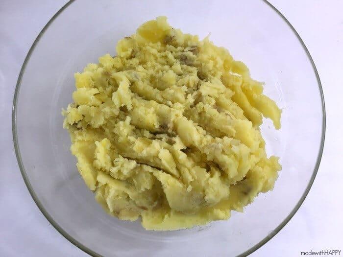Leftover Cheesy Mashed Potato Bites | Cheddar Goldfish Crusted Potato Bites | Holiday Appetizer Ideas | AD www.madewithHAPPY.com