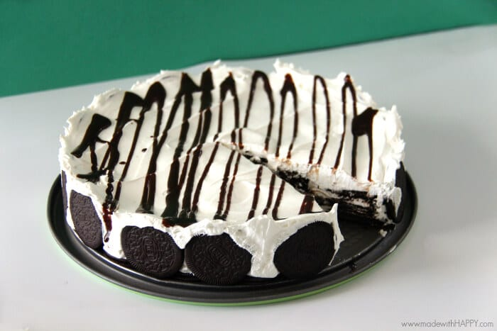 Chocolate Oreo Icebox Cake | Oreo Desserts | Oreo Cake | No Bake Desserts made with oreos | Simple Desserts | Icebox Cake | www.madewithhappy.com