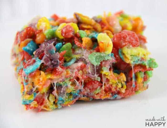 The best rainbow crispy treats - Rainbow Desserts - Rainbow Rice Crispy Treats - St.Patrick's Day Treats - www.madewithHAPPY.com